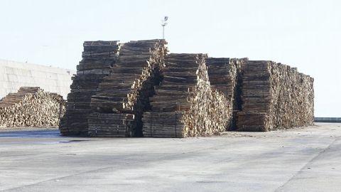 Madera en el puerto de Burela