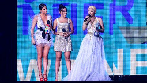 Nicki Minaj recibiendo el premio de la categoría de Hip Hop