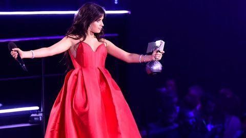 Camila Cabello con su premio a mejor artista