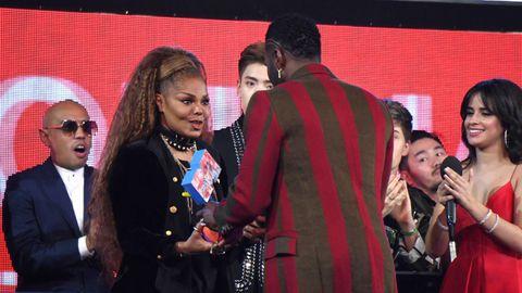 Janet Jackson recibiendo el premio Icono Global