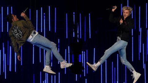 El duo Jack & Jack volando durante su actuación