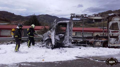 Imagen del «food truck» incendiado en Lena