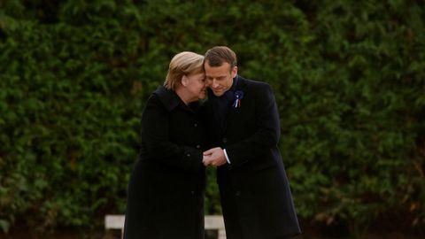 Merkel y Macron se dieron un abrazo en el memorial contra las atrocidades de la guerra en el bosque de Compiégne