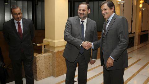 Ábalos y Javier Fernández se saludan en presencia de Fernando Lastra. /ARMANDO ÁLVAREZ