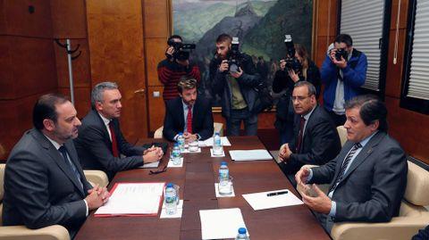 El ministro de Infraestructuras, José Luis Ábalos (i) y el presidente del Principado, Javier Fernández (d), durante la reunión que han mantenido hoy en Oviedo para abordar la mejora de las infraestructuras de Asturias.