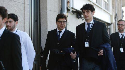 A la casa familiar de la Dársena ya ha llegado parte del personal que se va a ocupar de servir el cóctel posterior al enlace, que va a oficiar el notario Francisco Manuel Ordóñez, amigo personal de la familia.