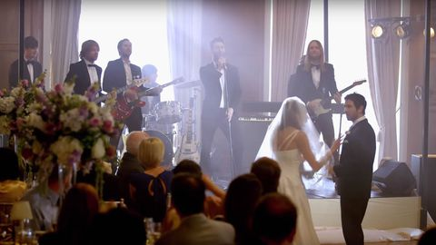 La banda californiana Maroon 5 en la boda de una pareja de fans