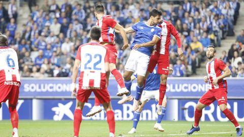 Oswaldo Alanís remata el balón en el 2-0 ante el Sporting