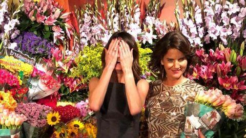 FLORESY FLORES. Samantha Vallejo- Nágera y María Fitz James posan con los enormes ramos que seregalaban