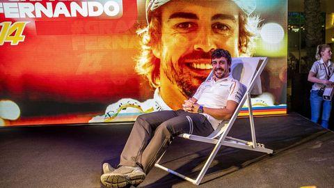 Fernando Alonso posa frente a los fotógrafos en su fiesta de despedida en una tumbona, imitando su famosa imagen el el circuito de Brasil en 2016