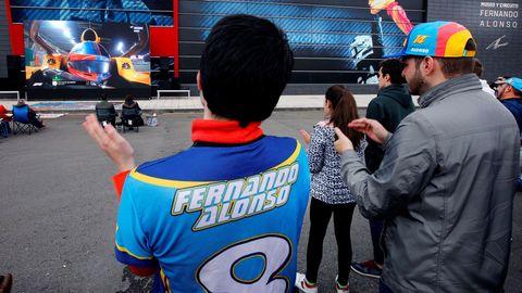 El Museo-Circuito del piloto Fernando Alonso recibió este domingo entre banderas y con una pantalla gigante a los más de 300 aficionados a la Fórmula Uno que se dieron cita para seguir el Gran Premio de Abu Dabi y arropar así al bicampeón mundial en su adiós, de momento, al gran circo