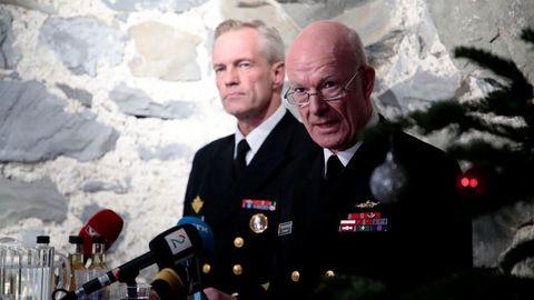 El jefe de la Defensa noruega, Haakon Bruun-Hanssen, y jefe de la Marina, Andreas Stensones, durante la comparecencia de hoy