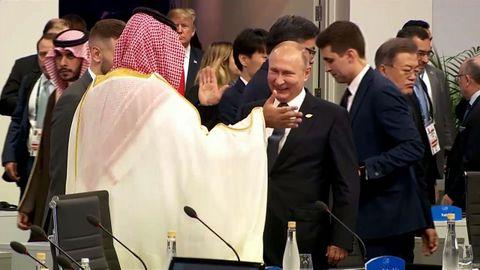 Putin choca su palma derecha con la del príncipe Salman en el inicio del plenario de la cumbre