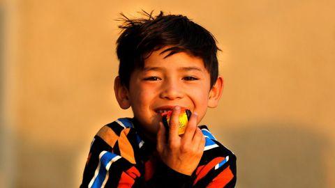 El niño afgano, seguidor de Messi, posando ante los fotógrafos en Kabul cuando tenía 7 años.
