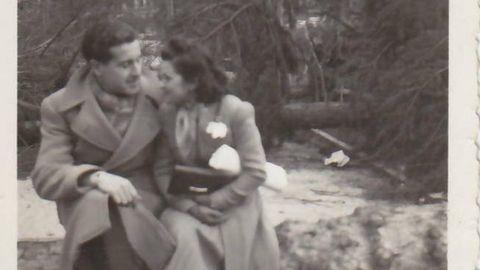 Emilio y Angelines,  juntos, en una de las 27 fotografías que el primero llevaba cuando fue detenido en Alemania y que han sido guardadas hasta ahora para poder devolverlas a sus familiares.