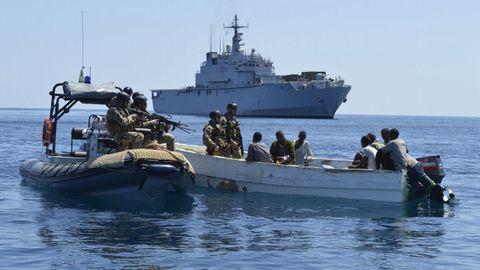 Infantes de marina de la fragata italiana «San Giusto» capturan un esquife pirata frente a Somalia en noviembre del 2012