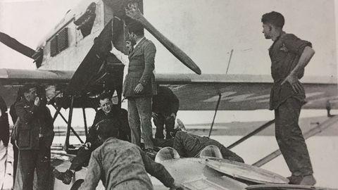El libro recoge imágenes como esta de los preparativos del vuelo transoceánico del «Plus Ultra»