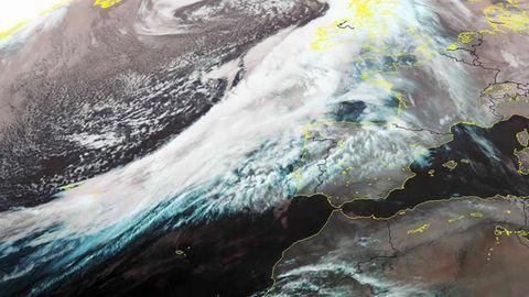 La potente borrasca está situada al oeste de Irlanda y tiene asociado un frente muy activo, responsable de las lluvias intensas en Galicia