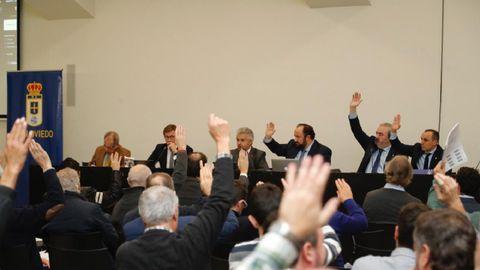 Los accionistas votan durante la junta de 2018