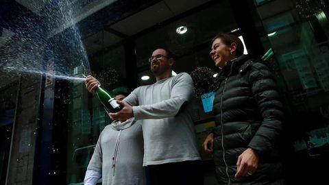 Alegría en la administración compostelana de la calle Santiago de Chile, donde se vendió un décimo del gordo