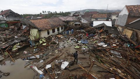 Destrucción en Indonesia por un tsunami
