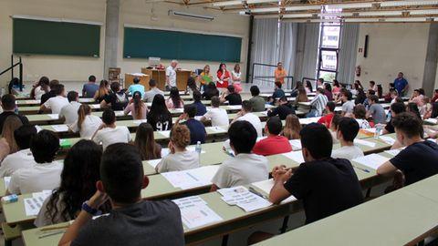 Alumnos realizan el examen de la EBAU, la actual selectividad, en un aula de la Universidad de Oviedo
