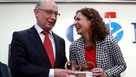 La ministra de Hacienda, María Jesús Montero, coincidió con su antecesor en el cargo, Cristóbal Montoro, en la entrega de un premio a su departamento por la Ley de Contratos del Sector Público
