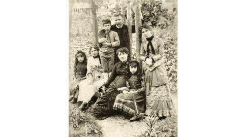 Última foto que se tomou de Rosalía de Castro, na que aparece en 1884 coa familia no xardín da Casa da Matanza