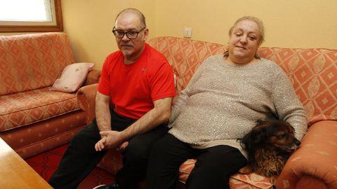Clara y Santi, en el salón de su casa, un piso social de la Xunta
