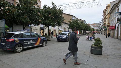 Imagen de archivo de dos cohces patrulla aparcados en la calle Cardenal, en la zona en la que ocurrieron los hechos