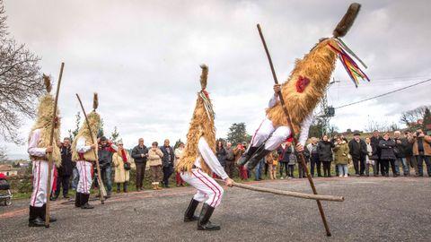 Varias personas vestidos de sidros durante la tradicional fiesta de Sidros y comedies, que ha recuperado la localidad asturiana de Valdesoto.
