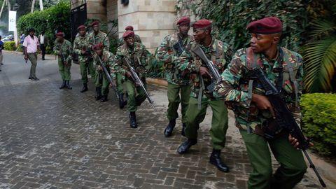 Miembros de las fuerzas de seguridad, junto al hotel donde se produjeron la explosión y los disparos, en Nairobi