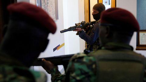 Miembros de las fuerzas de seguridad, en el complejo donde se ha producido el ataque