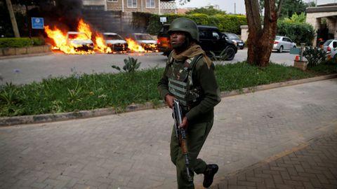 Un soldado, en el exterior del hotel
