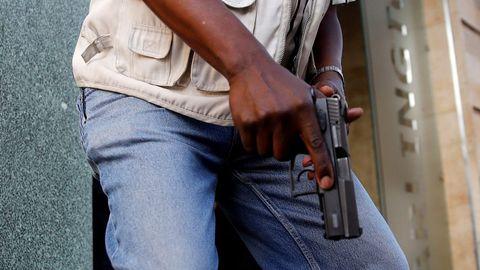Un agente armado, en el entorno del hotel de Nairobi
