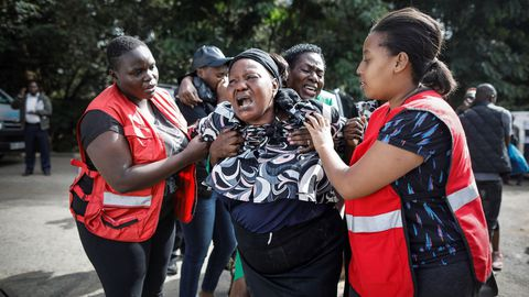 Una mujer llora desconsolada tras ver el cadaver de un familiar víctima del ataque contra el hotel de Nairobi