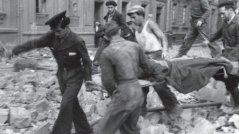 Rescate de heridos, tras un bombardeo, entre las calles Capua y Valdés