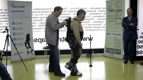 Así se reaprende a caminar con un robot-esqueleto