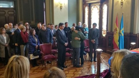 Los restos mortales del ex presidente del Principado, Vicente Álvarez Areces, recientemente fallecido, han llegado a las 14.00 horas a la Junta General, donde la viuda ha estado en todo momento arropada por el actual presidente del Principado, Javier Fernández, y por el del Parlamento, Pedro Sanjurjo