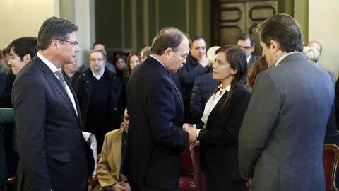 El presidente del Senado, Pío García Escudero (c), la viuda del exjefe del Ejecutivo asturiano, Vicente Álvarez Areces, fallecido la pasada madrugada, Soledad Saavedra (2d), el presidente del Principado, Javier Fernández (d) y el presidente de la Junta General Pedro Sanjurjo (i), en la capilla ardiente instalada hoy en la Junta General del Principado.