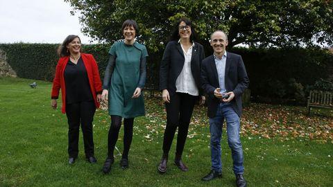 Miembros del BNG, Esquerra y Bildu, durante la presentación de la candidatura en Santiago