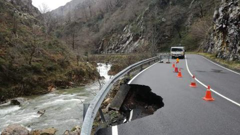 Hundimiento de un carril de la N-625 que conecta con León por el temporal