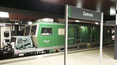 El tren auscultador del ADIF, en la estación de Zamora