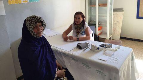 Azucena Esteban atiende a una mujer en uno de los campamentos saharahuis