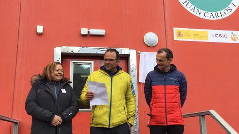 La presidenta del CSIC, Rosa Menéndez; el jefe de la base, Joan Riba; y el ministro de Ciencia, Innovación y Universidades, Pedro Duque, en la Base Antártica Española Juan Carlos I.