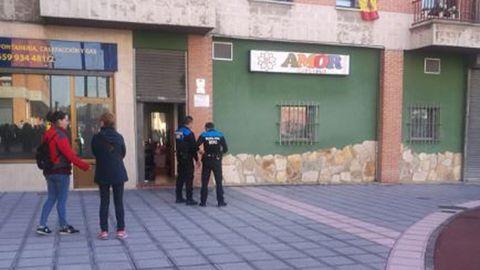 Agentes de la Policía Local de Siero, delante del lugar donde se ha producido el acuchillamiento en Lugones