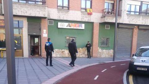 La Policía Local en el lugar donde se produjo el acuchillamiento en Lugones