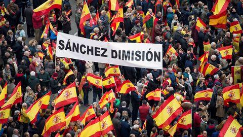 Los manifestantes mostraron carteles y pancartas en contra del presidente del Gobierno, Pedro Sánchez