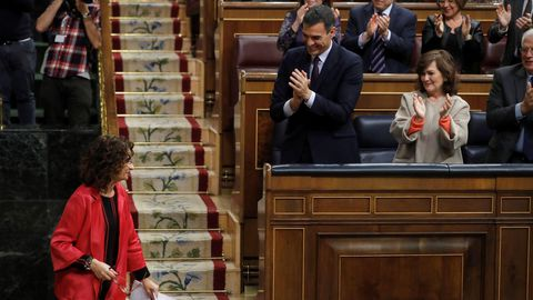 La ministra Montero recibe los aplausos de la bancada socialista tras su intervención.