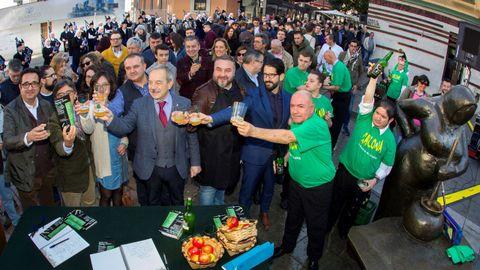 El alcalde de Oviedo, Wenceslao López (4i), durante el acto organizado hoy en distintas localidades de Asturias para que la sidra, bebida emblemática del Principado, alcance la consideración de ser patrimonio inmaterial de la humanidad de la Unesco.